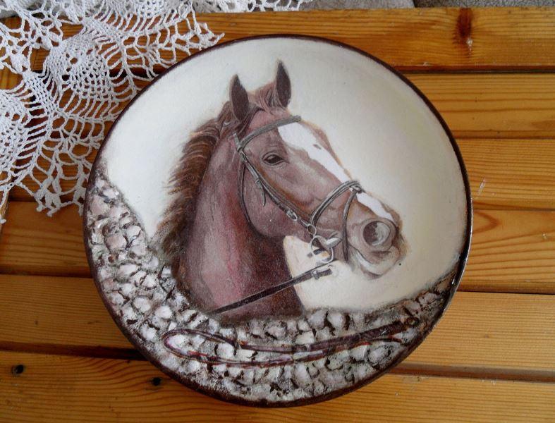 Декупаж тарелки с лошадьми
