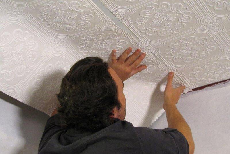 Как клеить обои на стены: флизелиновая основа материалов