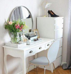 Как называется стол с зеркалом для косметики