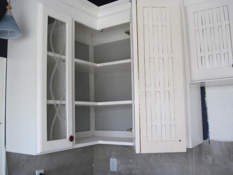 Угловой шкаф на кухне верхний