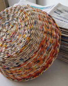Как научиться плести изделия из газетных трубочек?