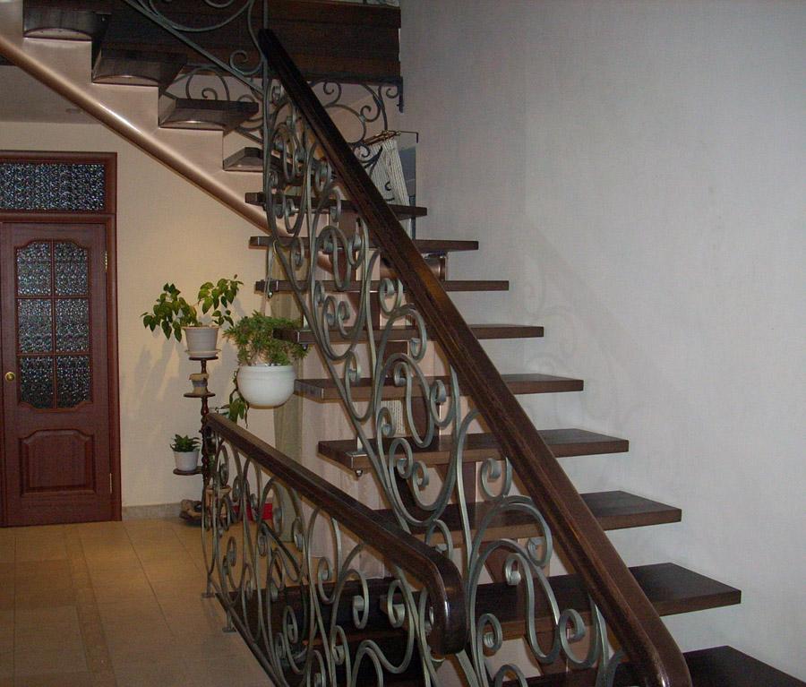 Перила для лестницы дачного дома: критерии выбора и особенности самостоятельного изготовления