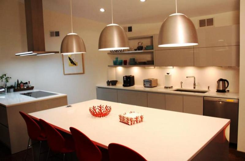 Пусть всегда будет солнце: создаем уютную кухню с помощью освещения