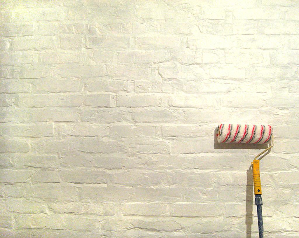 Правила выбора и разновидности красок для фасадных работ по кирпичу
