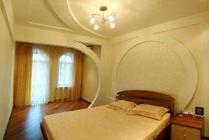 Варианты устройства потолка в спальне