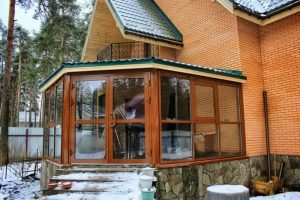 Особенности и варианты остекления веранд и террас частных домов
